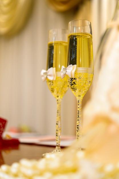 Украшенные бокалы для шампанского Premium Фотографии