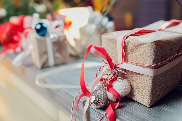 흐리게, 반짝 및 요정 배경에 크리스마스 트리 장식 프리미엄 사진