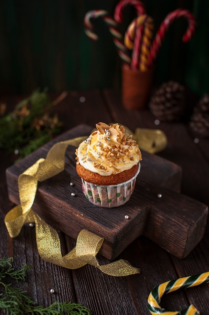 Decorated cupcake with christmas ornaments Free Photo