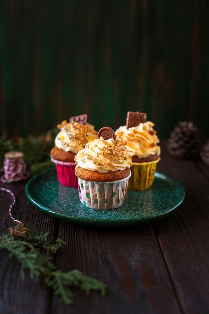 Decorated cupcakes with christmas ornaments Free Photo
