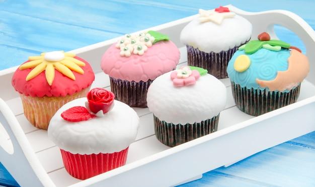 Decorated cupcakes with fondant Premium Photo