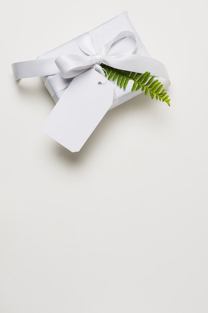 Decorated present over white backdrop with empty space Free Photo