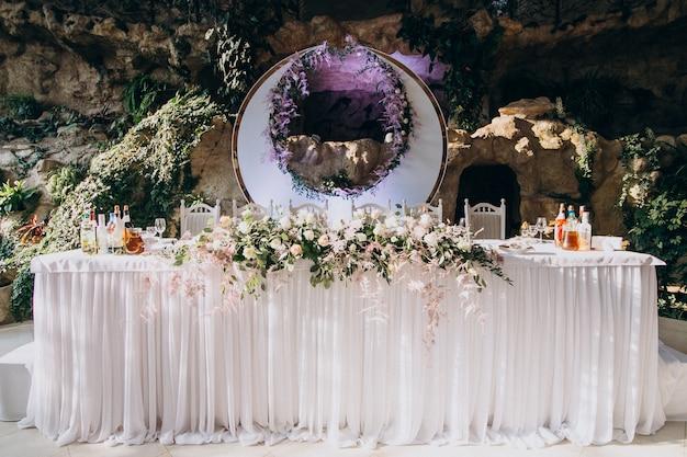 Украшенные столы в роскошном свадебном ресторане Бесплатные Фотографии