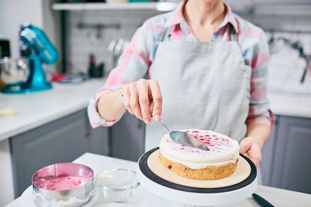 Decorating cake Free Photo