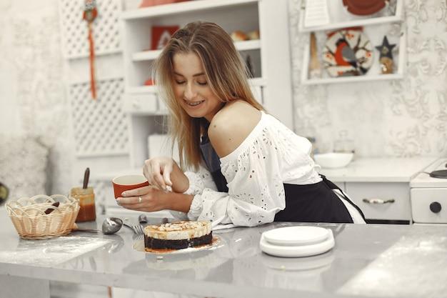 Decorazione del dolce finito. il concetto di pasticceria fatta in casa, cucinare torte. Foto Gratuite