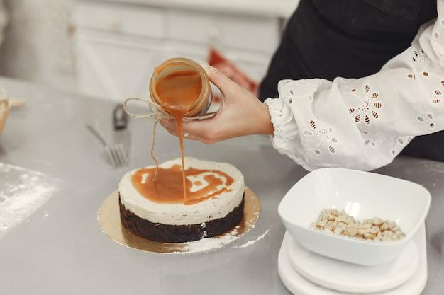 완성 된 디저트 장식. 수제 과자, 요리 케이크의 개념. 무료 사진