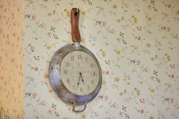 Украшения в стиле шик. винтаж. кухонные часы на стене. стиль шебби-шик. Premium Фотографии