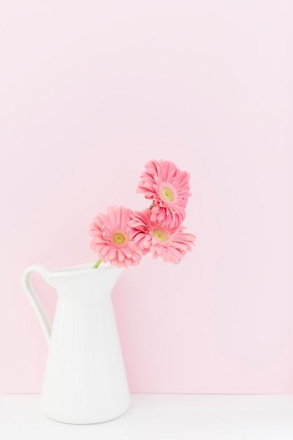 花瓶の装飾的なカラフルなデイジーの花 Premium写真