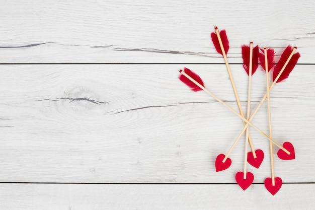 Piume decorative su bacchette con cuoricini Foto Gratuite