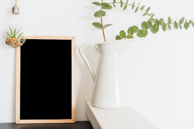 Decorative flowers with a blackboard Free Photo