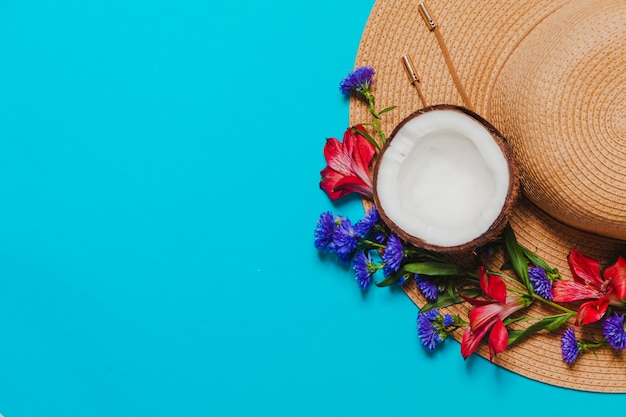 Decorative hat with coconut and flowers Free Photo