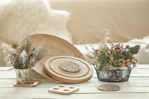 방의 아늑한 인테리어 장식 품목, 밝은 나무 테이블에 말린 꽃이 달린 꽃병. 무료 사진