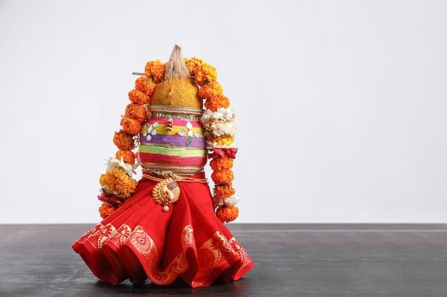 Decorative kalash with coconut with floral decoration Premium Photo