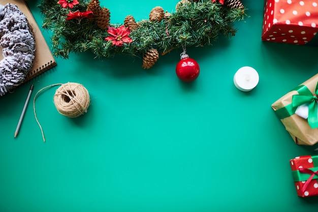 녹색 배경에 장식 크리스마스 물건과 선물 무료 사진