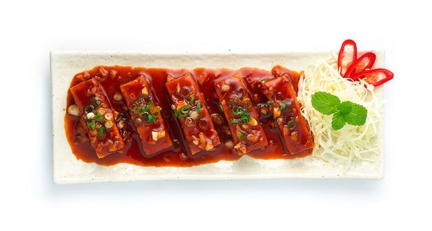 달콤하고 매운 칠리 소스를 곁들인 두부 튀김 맛있는 한식 퓨전 프리미엄 사진