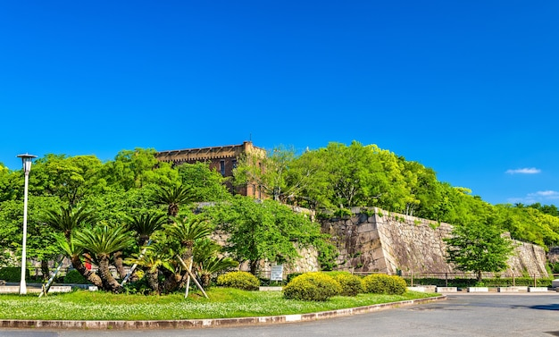Оборонительные стены замка осака в осаке, япония Premium Фотографии
