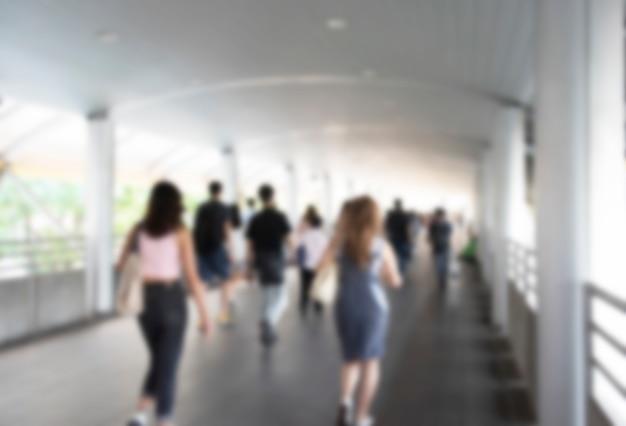 Расфокусированные толпы, носящие медицинские маски для защиты от вирусов и идущие по пешеходной дорожке, коронавирусу, вирусу китая, концепции эпидемии, пандемии, вспышки и загрязнения воздуха covid-19 Premium Фотографии