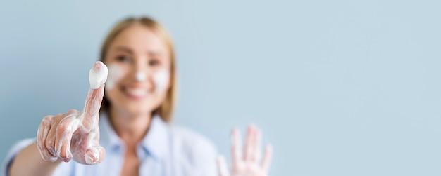 Расфокусированные женщина моет руки и лицо Premium Фотографии