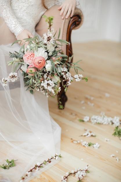 봄 꽃과 핑크 라 눈큘 러스로 섬세한 부케 프리미엄 사진