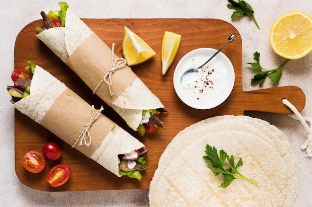 Вид сверху вкусный арабский фаст-фуд шашлык Бесплатные Фотографии