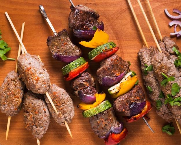 Вкусное арабское мясо быстрого приготовления и овощи на шпажках Бесплатные Фотографии
