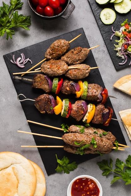 Вкусное арабское мясо быстрого приготовления на шпажках с высоким видом Premium Фотографии