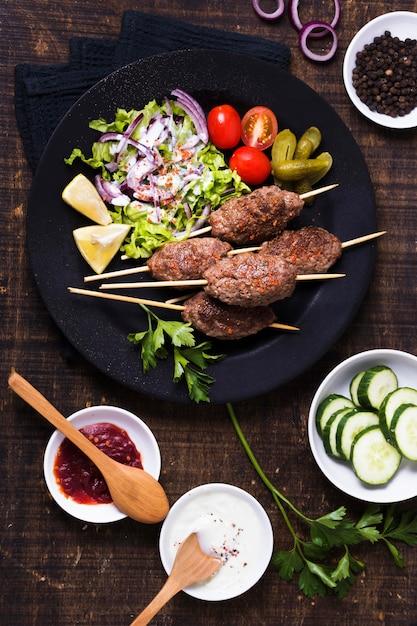 Вкусное арабское мясо фаст-фуда на вертеле вид сверху Бесплатные Фотографии