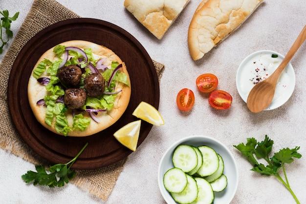 Вкусные арабские мясные рулетики и овощи быстрого приготовления Бесплатные Фотографии