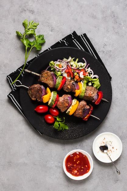 Вкусные арабские шашлык из фаст-фуда на черной тарелке Бесплатные Фотографии