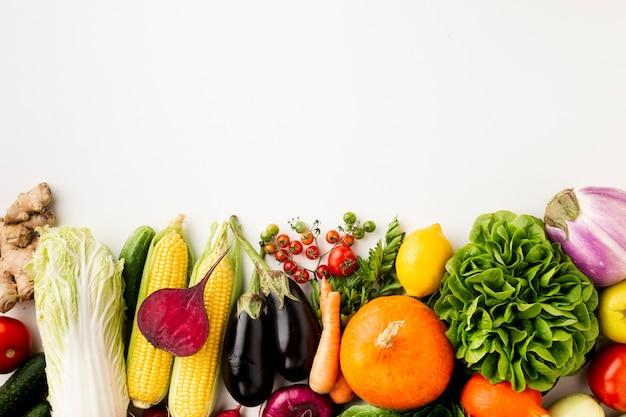 Вкусное расположение овощей на белом фоне Premium Фотографии