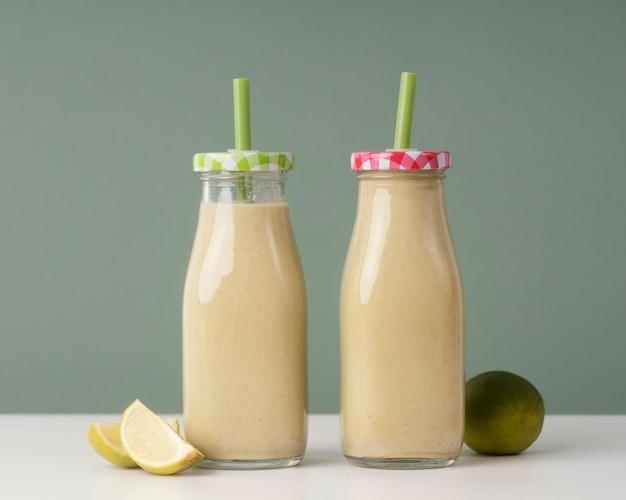 Deliziose bevande in disposizione bottiglie Foto Gratuite