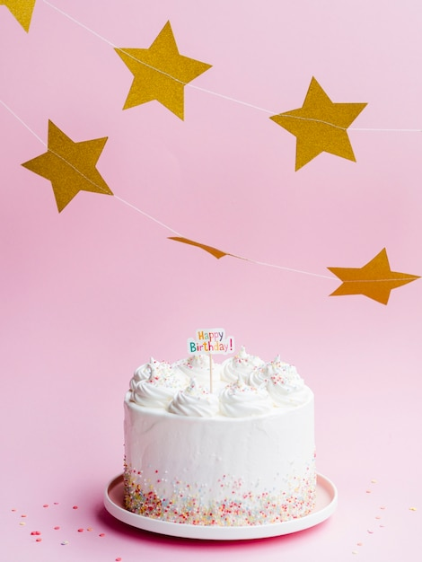 Deliziosa torta di compleanno e stelle dorate Foto Gratuite