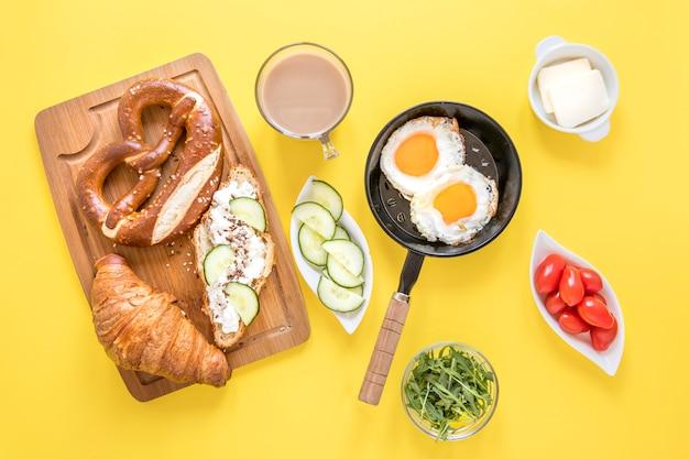 Deliziosa colazione sul tavolo Foto Gratuite