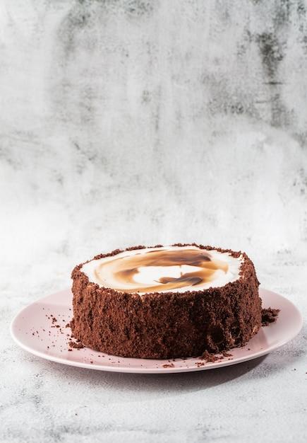 大理石の背景にテーブルの上の皿においしいケーキ。ペストリーカフェやカフェメニューの壁紙。垂直。 Premium写真