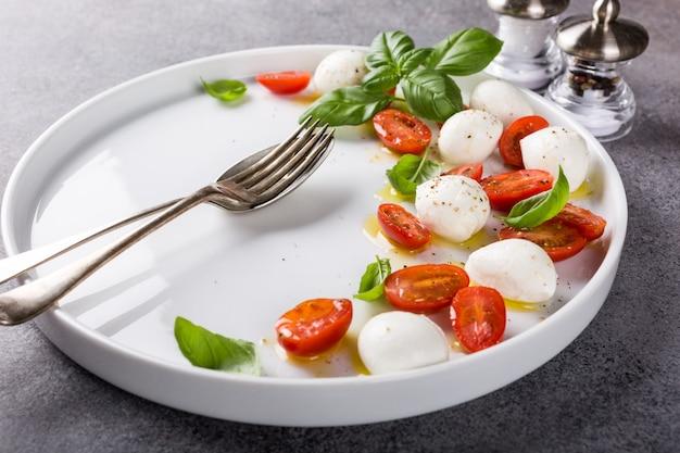 Delicious caprese salad Premium Photo