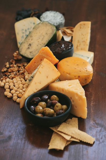 テーブルの上のおいしいチーズ 無料写真