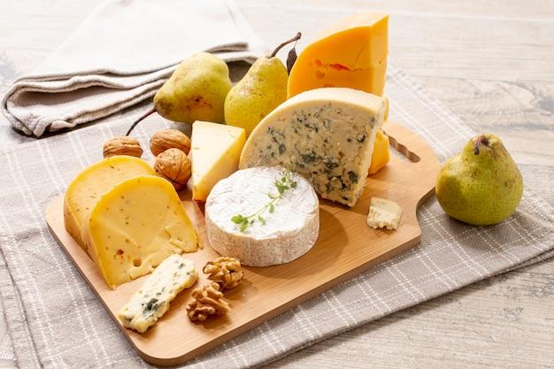 Вкусные сырные закуски на столе Premium Фотографии