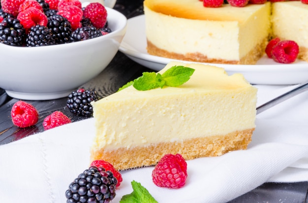Delicious cheesecake with raspberries and blackberries. traditional new york cheesecake. american cuisine. Premium Photo