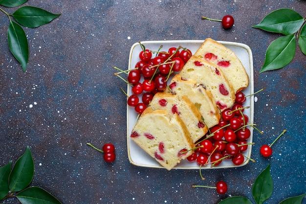 Вкусный вишневый пирог со свежей вишней, вид сверху Бесплатные Фотографии
