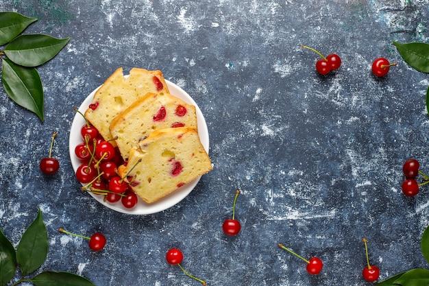 新鮮なチェリー、トップビューでおいしいチェリーケーキ 無料写真