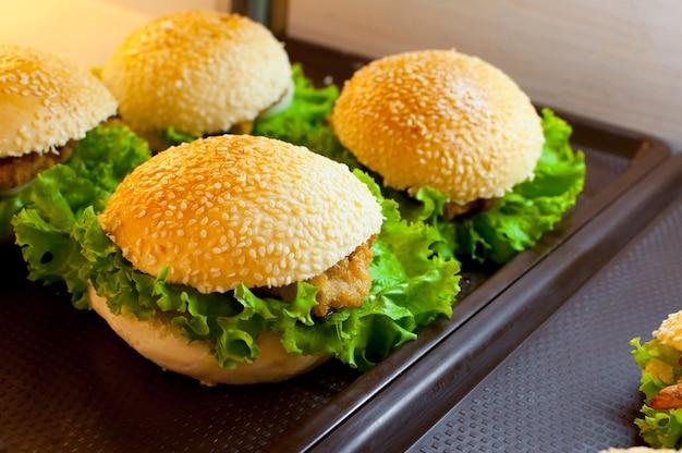 Вкусный куриный гамбургер и салат в супермаркете Premium Фотографии