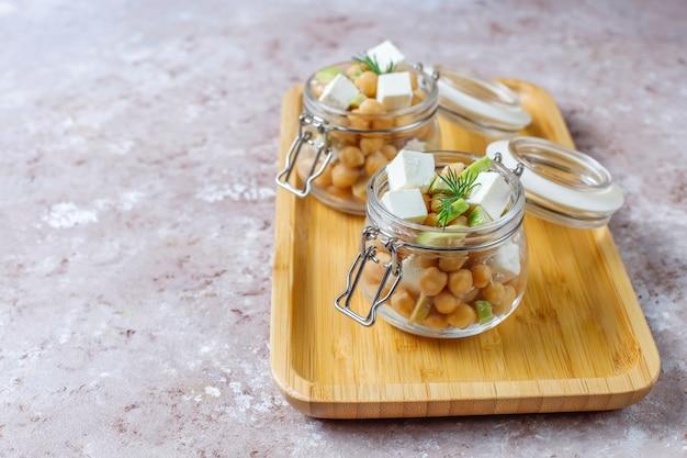 Вкусный салат из нута с авокадо и сыром фета, вид сверху Бесплатные Фотографии