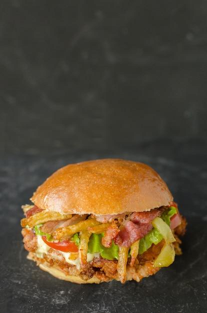 Вкусный гамбургер с курицей и картофелем фри Premium Фотографии