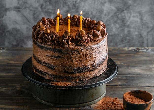Вкусный шоколадный торт со свечами Premium Фотографии
