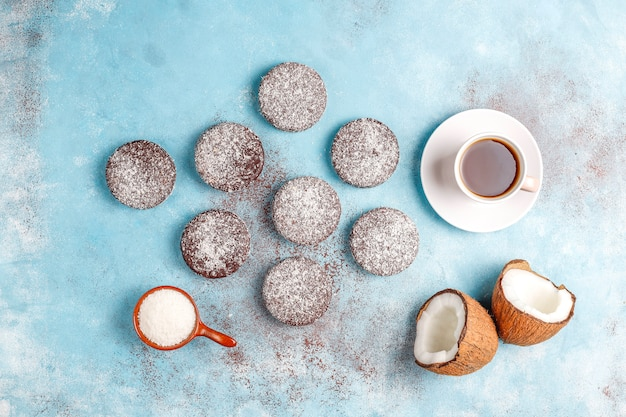 Biscotti deliziosi della noce di cocco e del cioccolato con la noce di cocco Foto Gratuite