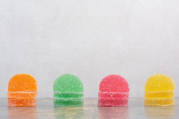 대리석 배경에 맛있는 다채로운 마멀레이드. 고품질 사진 무료 사진