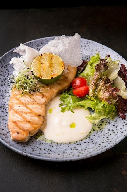 Vista alta deliziosa farina di pesce cucinata Foto Gratuite