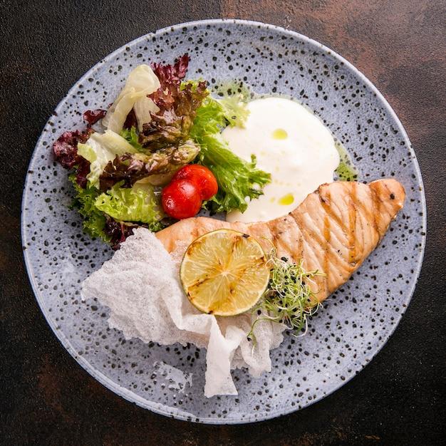 皿に盛り付けた美味しい魚粉 無料写真
