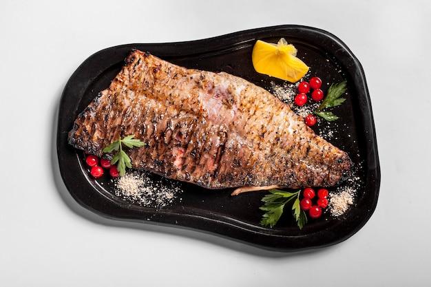Delizioso pesce cotto con verdure Foto Gratuite