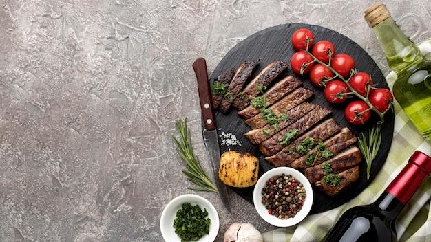 Вкусное приготовленное мясо с соусом Premium Фотографии